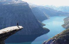 De wereld ligt aan je voeten in Noorwegen, de mogelijkheden zijn hier eindeloos! Dit is de berg 'Trolltunga', leuk? Wel als je de route overleeft: http://www.flickr.com/photos/tridland/4999414082/ #fjord #Noorwegen #berg
