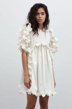 Cecilie Bahnsen operates at the intersection of couture and ready-to-wear to create luxury clothing with a relaxed, timeless style. Simple Dresses, Cute Dresses, Cute Outfits, Fall Outfits, Fashion Outfits, Timeless Fashion, High Fashion, Fashion Beauty, Dress To Impress