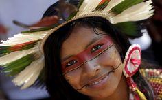 29/10 - Uma indígena da tribo Pataxó posa para fotos após participar de um desfile de beleza durante os Jogos Mundiais Indígenas 2015 em Palmas (TO)