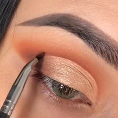 Super simple and so beautiful Gold makeup look idea! So beautiful This makeup tutorial will save you a lot of energy and effort to look adorable! This makeup tutorial will save you a lot of energy and effort to look adorable! Prom Eye Makeup, Sparkly Makeup, Makeup Eye Looks, Eye Makeup Steps, Smokey Eye Makeup, Gold Makeup, Winged Eyeliner, Contour Makeup, Eyebrow Makeup