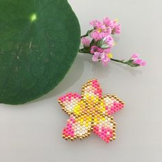 a very colorful brooch which reminds me a candy Seed Bead Patterns, Peyote Patterns, Beading Patterns, Seed Bead Flowers, Beaded Flowers, Beading Projects, Beading Tutorials, Art Perle, Brick Stitch Earrings