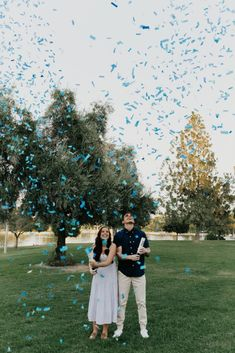 Baby Announcing Ideas Discover Megan Richs cute baby boy gender reveal with blue confetti and boy balloon Gender Reveal Announcement, Pregnancy Gender Reveal, Gender Announcements, Baby Gender Reveal Party, Gender Party, Pregnancy Photos, Gender Reveal Shooting, Ultrasound Gender, Baby Boy Announcement