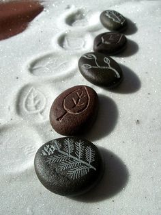 carved river stones as sand stamps Stone Crafts, Rock Crafts, Fun Crafts, Arts And Crafts, Ideas Dremel, Dremel Projects, Dremel Tool, Dremel 4000, Pebble Painting