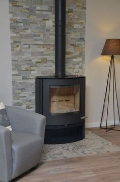 Ambiance cocooning salon, poele a bois, pierres de parement, carreaux ciment, Ma… Wood Stove Surround, Wood Stove Hearth, Wood Burner, Wood Stove Decor, Muebles Living, Home Fireplace, Living Room Interior, Home Remodeling, Interior Decorating
