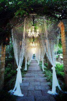 Pasillo decorado con cortinas de cuentas, divino. #BodasVintage