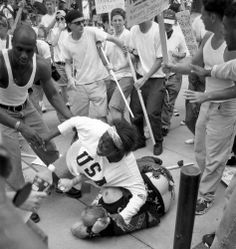 Keshia Thomas takes care of a Neonazi, that he will not be killed from a Lynch Mob, and showed out what it means to stand up for human rights. Es war der 22. Juni 1996 in Ann Arbor (Michigan). Eine Gruppe von Ku-Klux-Klan-Mitgliedern hielt in den Straßen der Stadt eine Kundgebung ab. Parallel versammelten sich rund 300 Gegendemonstranten. In dem Anti-KKK-Pulk: die 18-jährige Keshia Thomas, die durch das Foto berühmt werden sollte.