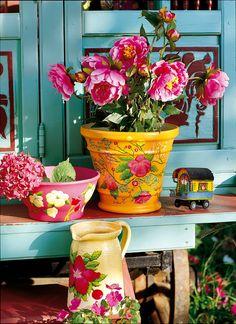 Des pots de jardin peints de fleurs