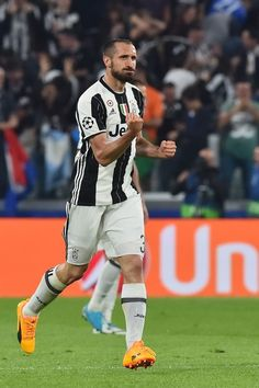 Juventus' defender from Italy Giorgio Chiellini celebrates after scoring during the UEFA Champions League quarter final first leg football match Juventus vs Barcelona, on April 11, 2017 at the Juventus stadium in Turin. / AFP PHOTO / GIUSEPPE CACACE