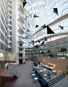 Atrium of The Edge (Deloitte's Amsterdam HQ) x [OS] Click the photo to see more! Architecture Design, Amsterdam, Smart Office, Office Plan, Indoor Outdoor Living, Lounge Areas, Atrium, Green Building, Office Interiors