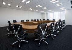 会議室へフレームがポリッシュ・シートカラーがブリリアントブラックを20台設置した写真