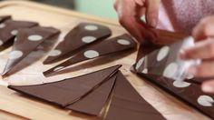 Triángulos de chocolate. Para decorar una torta fácil y rápido.