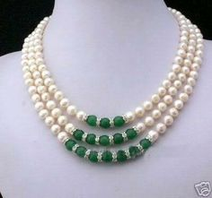 Collar con perlas naturales esféricas, separadores de plata con cristal blanco y 15 esferas de jade guatemalteco.