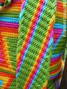 En mijn tweede mochila tas is klaar! Ik vind hem erg gaaf geworden, maar voor mezelf zou ik nooit deze kleuren uitgezocht hebben. I... Tapestry Bag, Tapestry Crochet, Knit Crochet, Macrame Patterns, Crochet Patterns, Mochila Crochet, Inkle Loom, Weaving Yarn, Crochet Purses