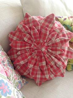 Cojín Flor, patrón Amy Butler Amy Butler, Throw Pillows, Scrappy Quilts, Flower, Punto De Cruz, Dots, Needlepoint, Toss Pillows, Cushions