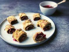 Pandekager uden mel -lækre low carb tynde pandekager med hindbærfyld. Opskrift her: