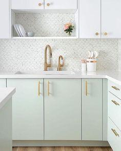 51. Decoração de armário de cozinha moderna estilo escandinava – Por: Revista VD #cozinhaescandinava #cozinhaescandinavapequena #cozinhaescandinavabranca