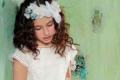 niña con flores en el pelo | todo para mamás