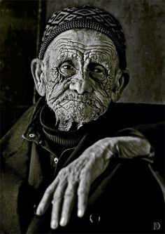 "Time stamp (by Dina Bova) [old man] ""Quizá llegar a viejo sea más transitable si no se llegase huérfano a ese trago..."""
