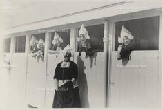 Opening Strandbad, vrouwen in Volendamse klederdracht. 1933 #NoordHolland #Volendam