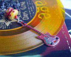 pendentif guitare rouge noir glam rock collier chaine gun métal bijou musique musicien rock'n'roll : Pendentif par cocoflower