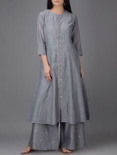 Grey Button-down Chanderi Kurta Tesettür Hırka Modelleri 2020 Pakistani Dress Design, Pakistani Dresses, Indian Dresses, Dress Neck Designs, Designs For Dresses, Blouse Designs, Indian Designer Outfits, Designer Dresses, Designer Kurtas For Women