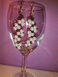 Orecchini pendenti realizzati con perle bianche. Seguiteci su Facebook 👍