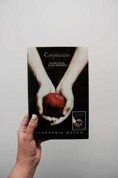 Esta edición especial conmemorativa del décimo aniversario incluye la novela original de Crepúsculo, así como una nueva y sorprendente reformulación de la historia completa realizada por la autora, junto con un detallado prefacio y epílogo. Los lectores disfrutaran de la icónica historia de amor de Bella y Edward con una perspectiva renovada.