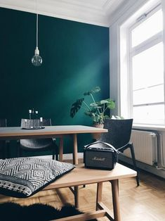 my scandinavian home: Teal Steals the Show in This Hamburg Apartment Appartement Dark Living Rooms, Living Room Green, Green Rooms, Living Room Decor, Green Dining Room, Dining Room Colors, Modern Living, Dark Green Walls, Teal Walls