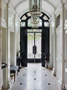 Входной холл. Полы выстелены мрамором. #interiordesignmagazine