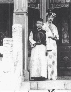 Empress Wanrong and her brother, prince Gobulo Runqi Old Pictures, Old Photos, Vintage Photos, Last Emperor Of China, Shanghai Girls, Dynasty Clothing, China People, Contemporary History, Falling Kingdoms