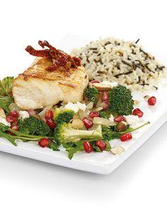 En utsøkt torskerett med grønnsaker og spennende tilbehør som mandler, fetaost og granateple.