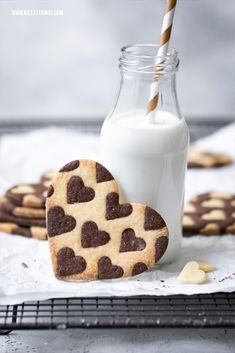 Two-colored heart biscuits or cookies / Bicolor Heart Cookies - Kekse / Cookies - Dessert Peanut Butter Thumbprint Cookies, Butter Sugar Cookies, Milk Cookies, Heart Cookies, Reese's Chocolate, Chocolate Oatmeal Cookies, Chocolate Flavors, Sweets Recipes, Cupcake Recipes