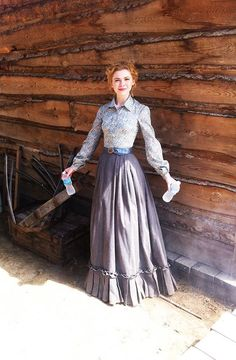 Kasha Kropinski / Ruth S4 1870s Fashion, Victorian Fashion, Vintage Fashion, Western Dresses, Western Outfits, Wild West Costumes, Pioneer Clothing, Dress With Shawl, Cat Dresses
