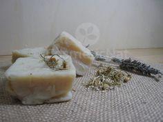 Cómo hacer jabón casero para bebé Soy Products, Homemade Beauty Products, Handmade Cosmetics, Handmade Soaps, Diy Soap And Shampoo, Benefits Of Vitamin E, Soap Maker, Soap Recipes, Home Made Soap