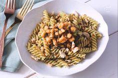 Un primo piatto gustoso e particolare: pasta con pesto di lattuga calamari cremoso e profumato con teneri calamari tagliati al coltello.