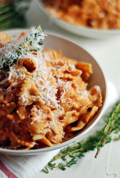 This creamy ricotta tomato sauce features ricotta and fresh thyme, and is paired with farfalle for a delicious vegetarian meal that is super filling! Tasty Vegetarian Recipes, Gourmet Recipes, Cooking Recipes, Healthy Recipes, Meal Recipes, What's Cooking, Quick Recipes, Healthy Options, Dinner Recipes
