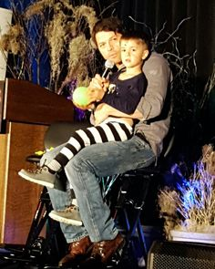 Fangasm ‏@FangasmSPN   .@mishacollins and son #dccon