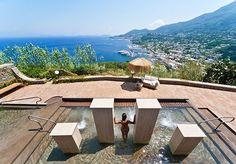 Sju eller flera nätter på ett femstjärnigt hotell vackert beläget på en bergstopp med utsikt över ön och havet – inklusive frukost och valbar middag