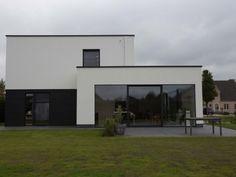 Nieuwbouw vrijstaande woning – Ypsilon architecten, witte crepi - antracietkleurig plaatmateriaal - grote raampartij - witte regenwaterafloop