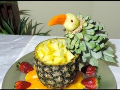 Parrot made with fruit- J.Pereira - Art Carving Fruits and vegetables Vegetable Decoration, Food Decoration, Cute Food, Good Food, Best Party Appetizers, Banana Art, Food Garnishes, Garnishing, Fruits Images
