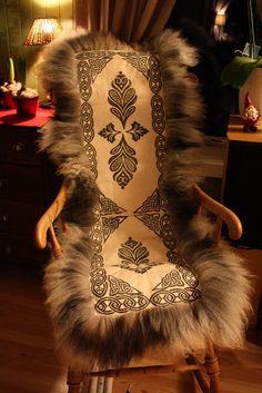 Skinnfeller til store og små Viking Life, Candle Labels, Thermal Curtains, Fur Fashion, Wood Print, Metal Working, Norway, Fun Crafts