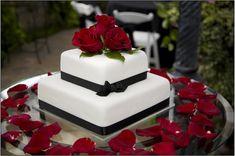 Elegante torta nuziale con rose rosse e nastro in velluto nero foto by galleryhip