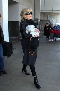 Jane Fonda Photos - Jane Fonda seen at LAX with her dog. - Jane Fonda Seen at LAX Stylish Older Women, Advanced Style, Jane Fonda, Aging Gracefully, Poodles, Pretty Hairstyles, Yorkie, Fun Workouts, Dachshund