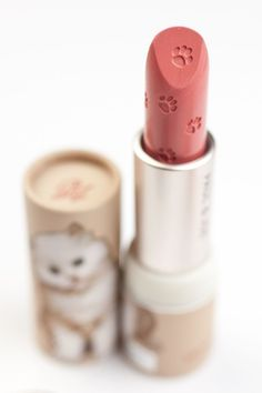 Tutoriel de maquillage : Description PAUL & JOE Lipstick Case Kitten with Kitten www. Kawaii Makeup, Cute Makeup, Beauty Makeup, Hair Makeup, Cheap Makeup, Kawaii Cat, Makeup Stuff, Lip Gloss Colors, Lip Colors