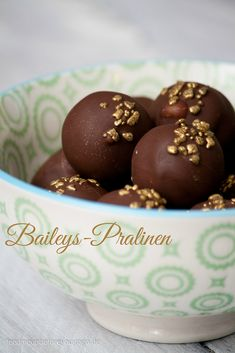 """""""Chocolates homemade"""" Baileys chocolates // feed me up before you go-go The post Sweet for the pre-Christmas season: Baileys chocolates appeared first on Win Dessert. Keto Donuts, Mini Donuts, Baked Donuts, Donuts Donuts, Chocolate Baileys, Chocolate Donuts, Chocolate Recipes, Delicious Cake Recipes, Yummy Cakes"""