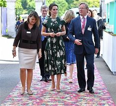 Kate Middleton looked regal in this forest green floral dress by Rochas at the RHS Chelsea Flower Show press day at Royal Hospital Chelsea in London. Style Kate Middleton, Kate Middleton Outfits, Kate Middleton Photos, Pippa Middleton, Middleton Family, Princesa Victoria, Princesa Kate, Best Casual Outfits, Cool Summer Outfits