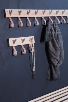- Granit + Smålands Skinnmanufaktur och Formbruket (Inredningshjälpen) Unbedingt für Tücher in der Garderobe - Diy Interior, Interior Design, Diy Furniture, Furniture Design, Ideias Diy, Home Organization, Interior Inspiration, Home Accessories, Diy Home Decor