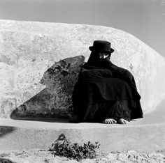 pinned to 'Sol y Sombra' via Twitter @alcarbon68  ♥ Artur Pastor ♥ Nazaré, Portugal 1950s White Photography, Fine Art Photography, Social Photography, Old Pictures, Old Photos, Stanley Kubrick Photography, Black White Photos, Black And White, History Of Portugal