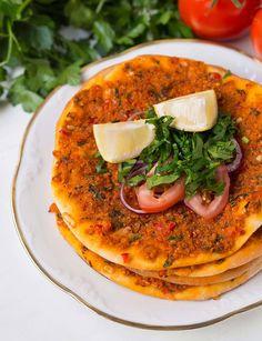 Vegane türkische Pizza Teig: 250 g Weizenmehl 1 EL Öl ½ TL Zucker 1 TL Salz ¼ Würfel frische Hefe circa 150 ml lauwarmes Wasser Belag: 7 Reiswaffeln, mit den Händen zerbröselt oder 50 g Soja Schnetzel, fein 150 ml frisch gekochtes, heisses Wasser 50 ml Olivenöl 1 kleine Zwiebel, fein gewürfelt 1 Knoblauchzehe, gepresst 1 bis 1,5 TL Tomatenmark 1 bis 1,5 TL Paprikamark 1 Stück rote Spitzpaprika, fein gewürfelt (circa 50 g) 1 kleine......