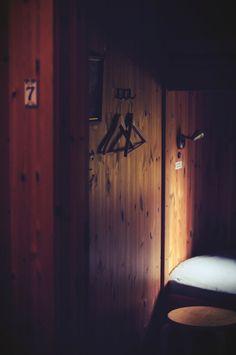 Interior / Wooden / Drewno / Wystrój / Architektura / Wnętrze / Szwecja / Laponia / Wieszak / Pokój / Room / Nordic Design
